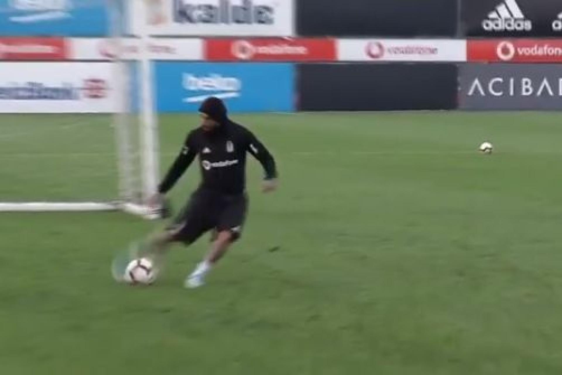 Até nos treinos Quaresma 'apaixona'... com golos de levantar o estádio
