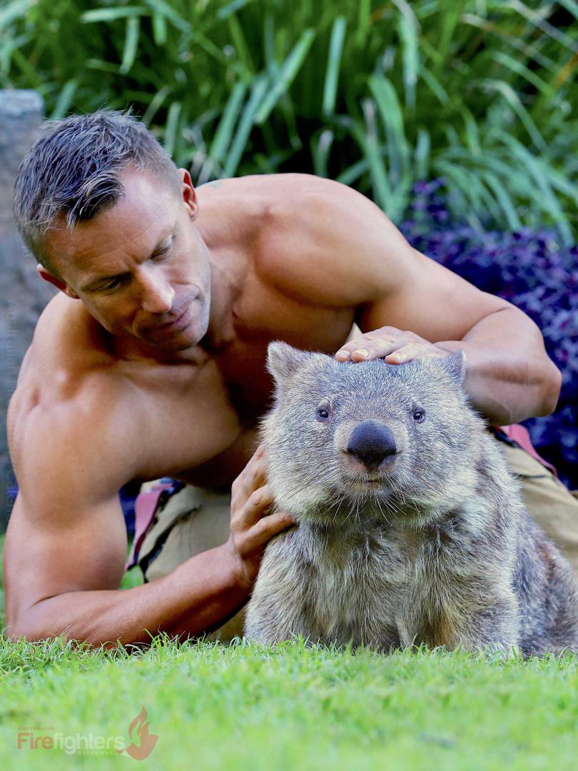 Bombeiros australianos fazem calendário com animais e é tudo o que espera