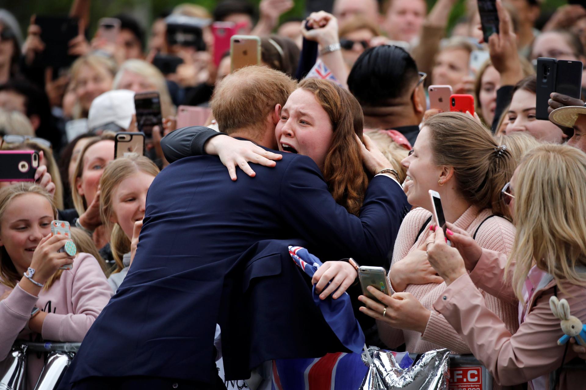 Jovem fica lavada em lágrimas com abraço de príncipe Harry