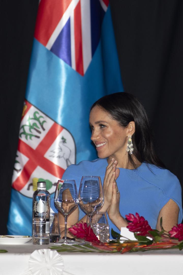 Barriguinha de Meghan Markle dá o ar de sua graça em longo vestido azul