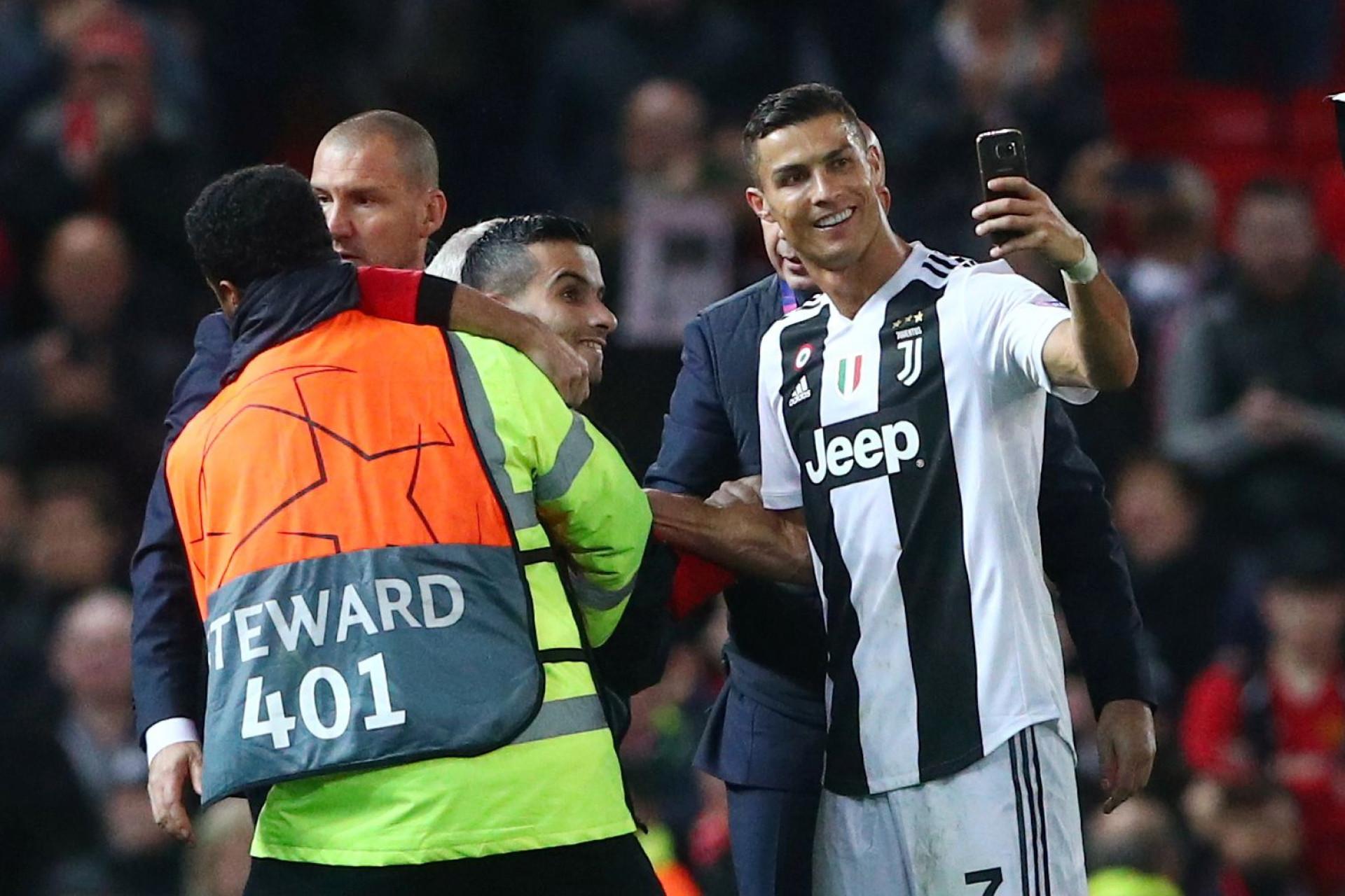 Segundo invasor de Old Trafford conseguiu tirar selfie com Ronaldo
