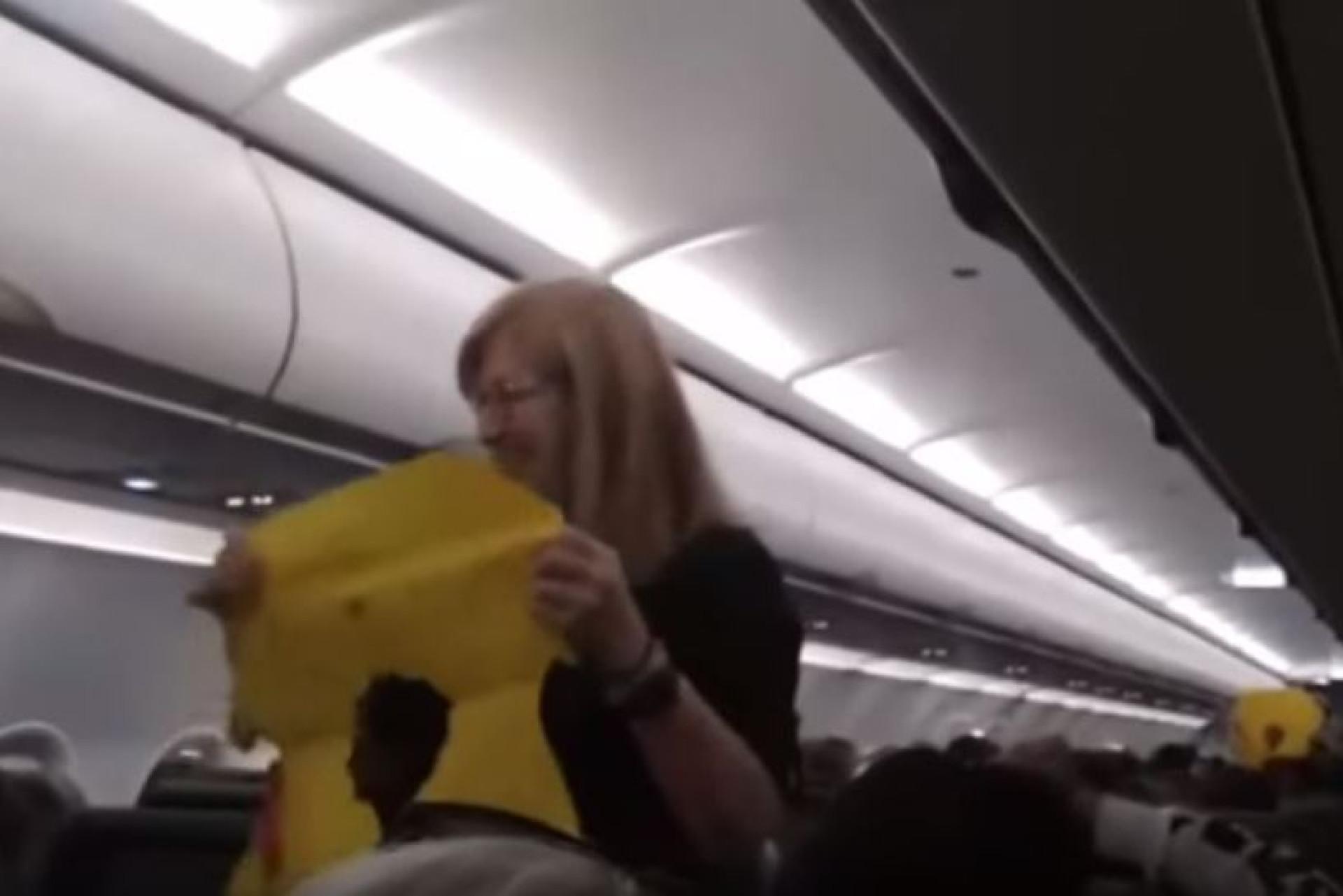 Assim se tem a atenção dos passageiros durante demonstração de segurança