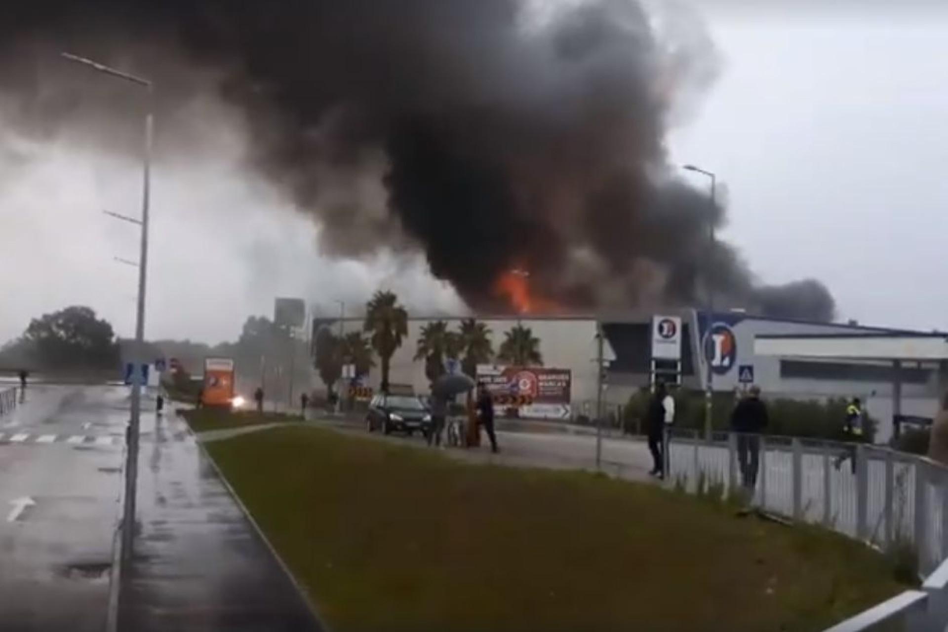 As imagens do fogo que destruiu supermercado em Viana do Castelo