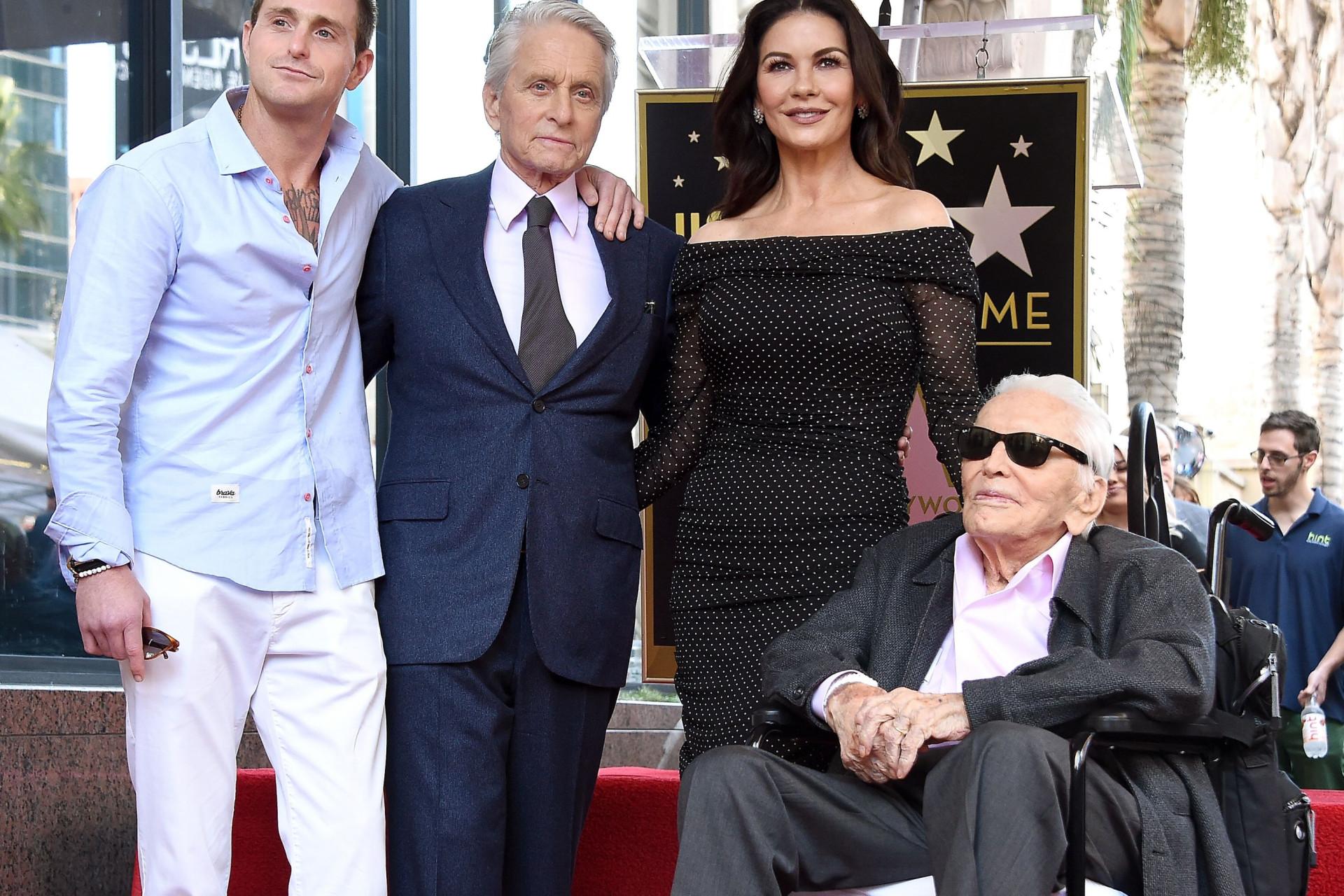 Ao lado do pai, Michael Douglas recebe estrela no Passeio da Fama