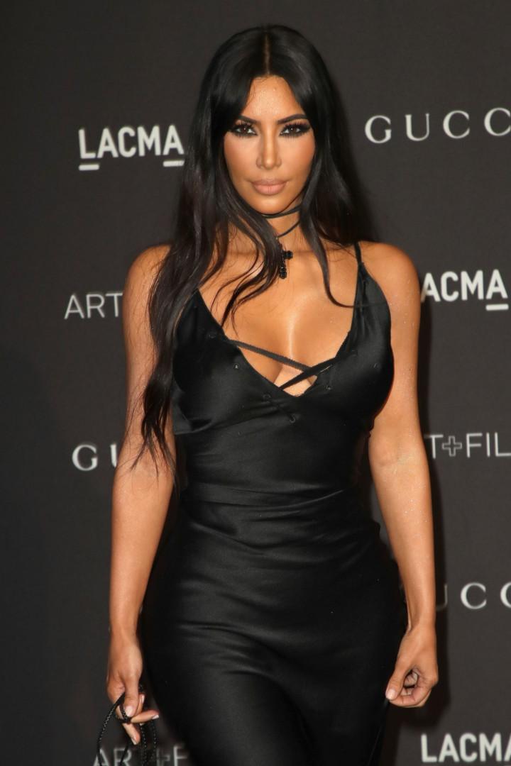 Kim Kardashian gozada pelos fãs por usar mala parecida com um carregador