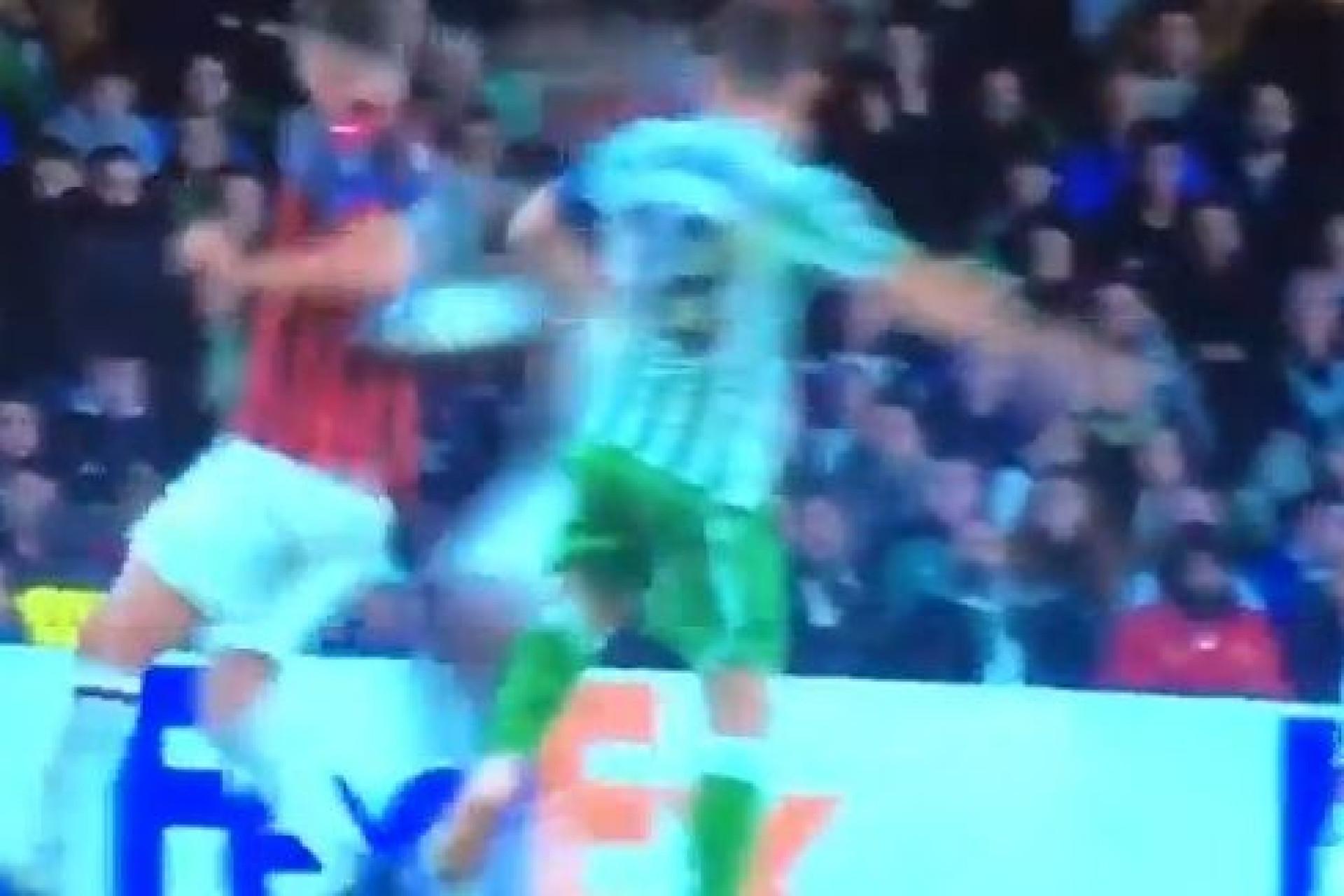 Jogador do Milan sofre entrada dura de colega e cai no chão inanimado