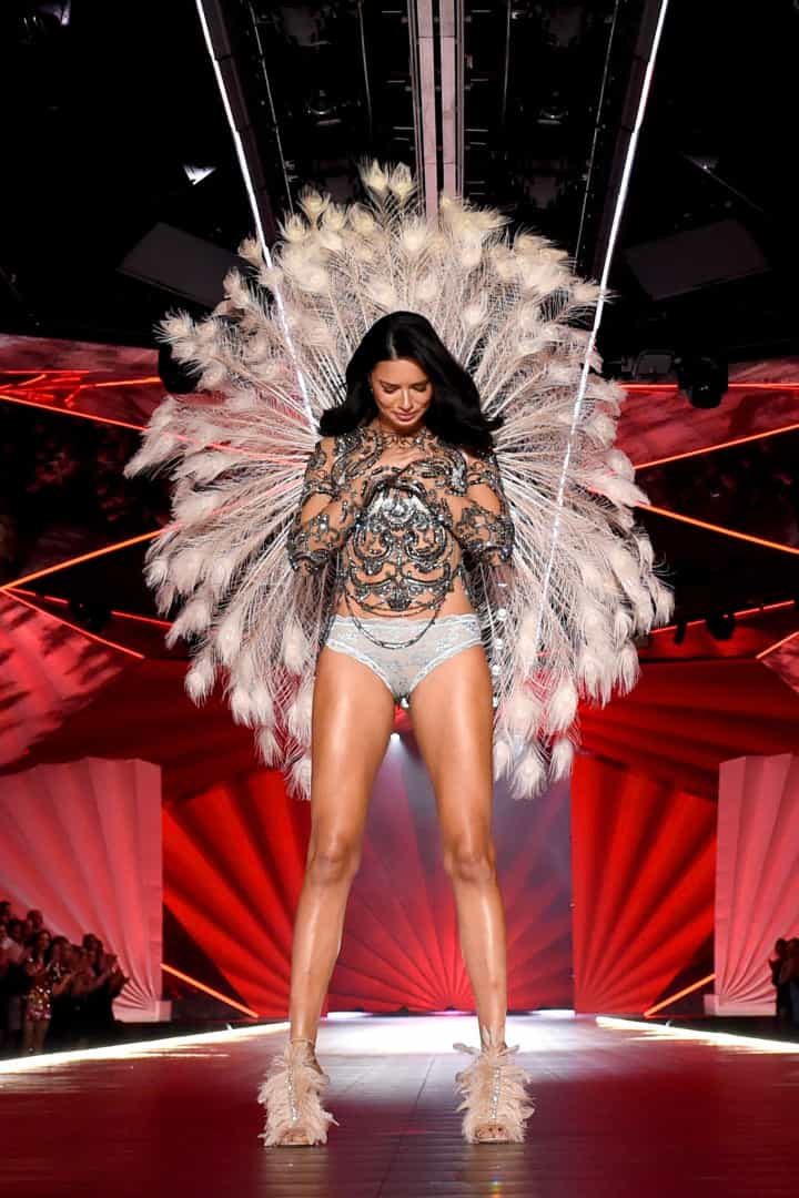 Em lágrimas, Adriana Lima despede-se do Victoria's Secret Fashion Show