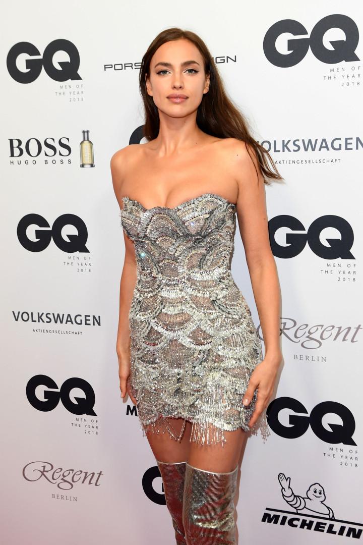 Irina Shayk mostra sensualidade com vestido prateado e brilhante