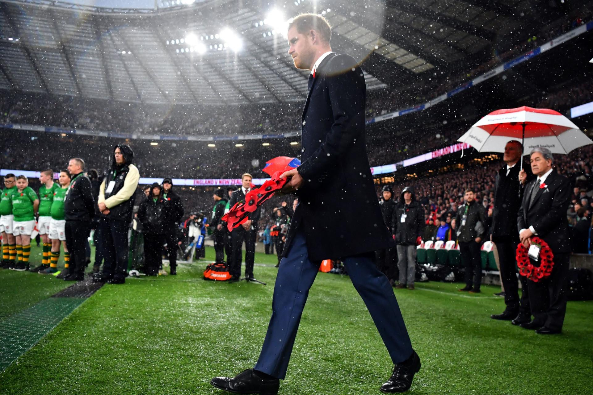 Príncipe Harry homenageia vítimas da Primeira Guerra Mundial