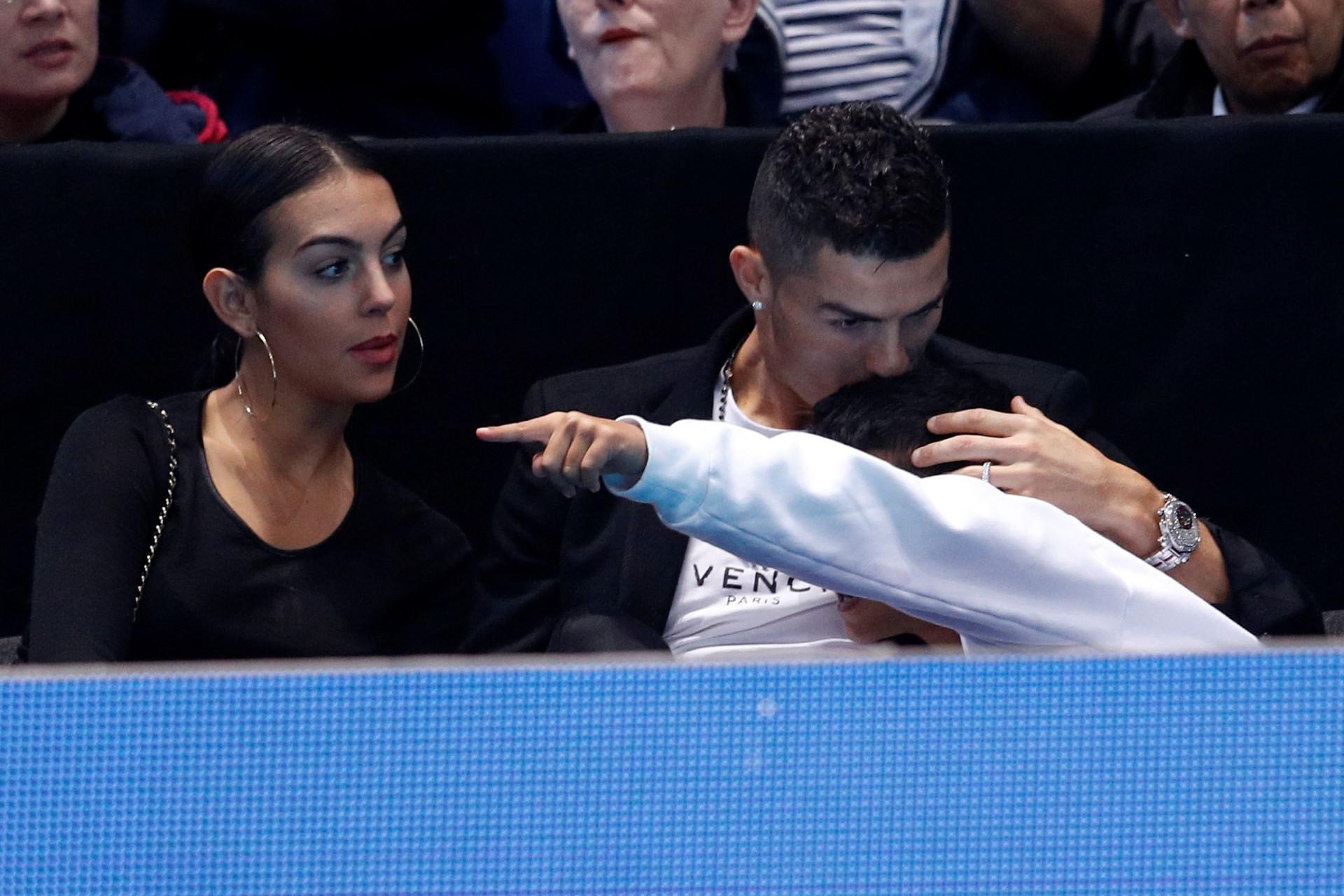 CR7 bem tentou agarrar a bola de ténis, mas Georgina dificultou a tarefa
