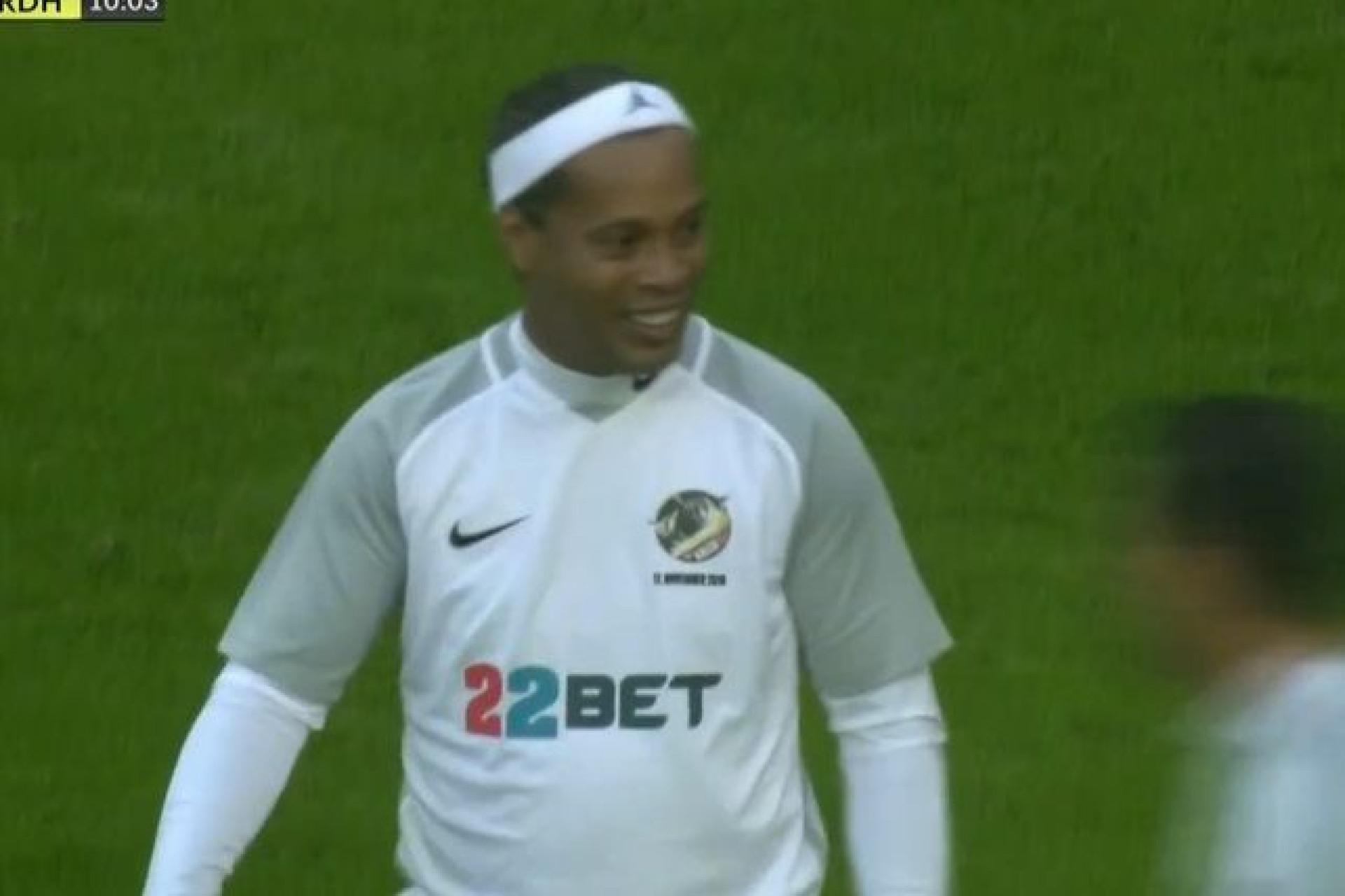 Em jogo de beneficência, Ronaldinho mostra que ainda não perdeu a magia