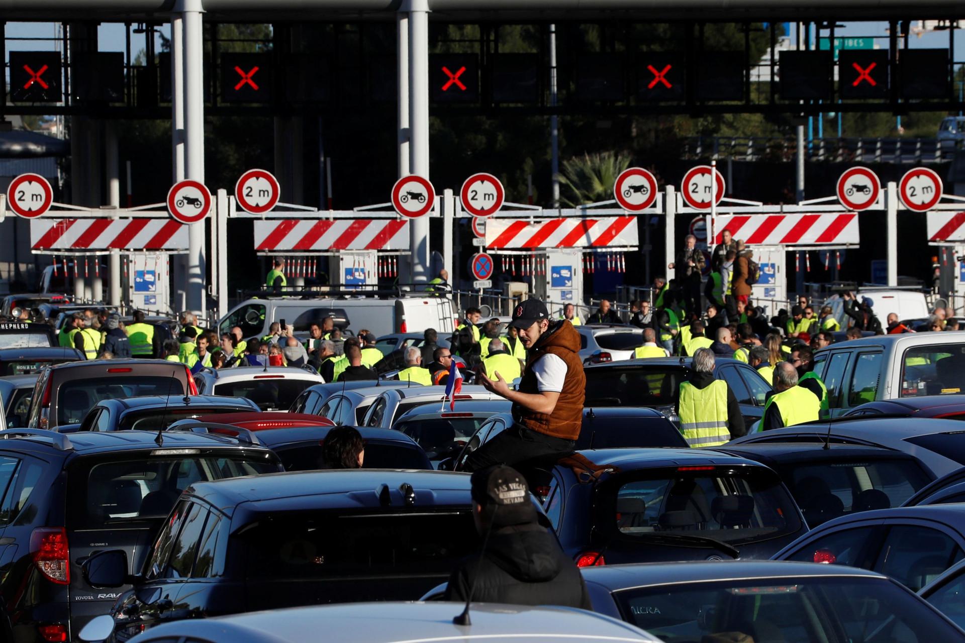 Protesto dos 'coletes amarelos' juntou 280 mil pessoas e fez um morto