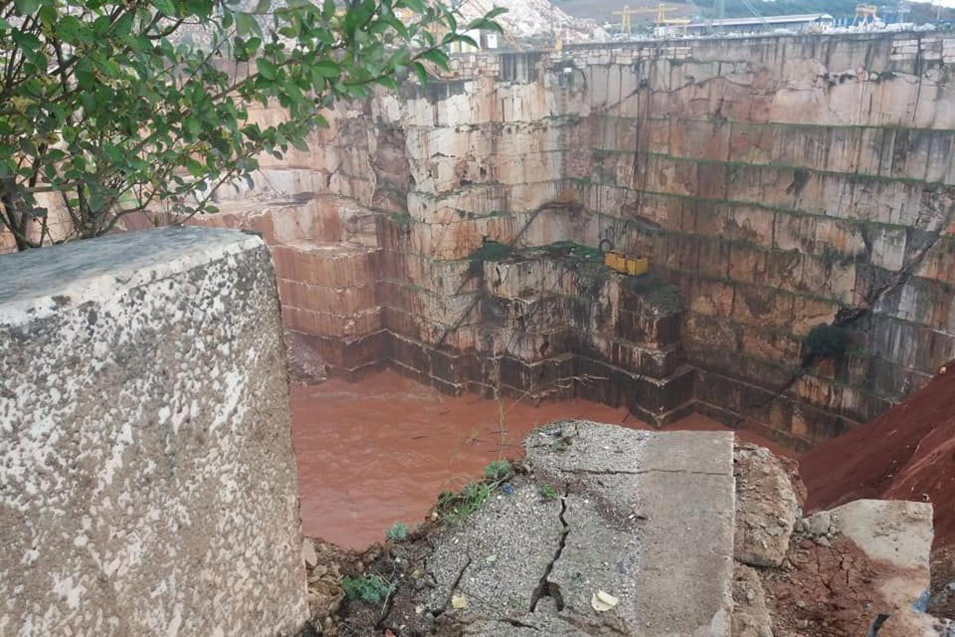 As imagens do buraco que 'engoliu' a estrada em Borba
