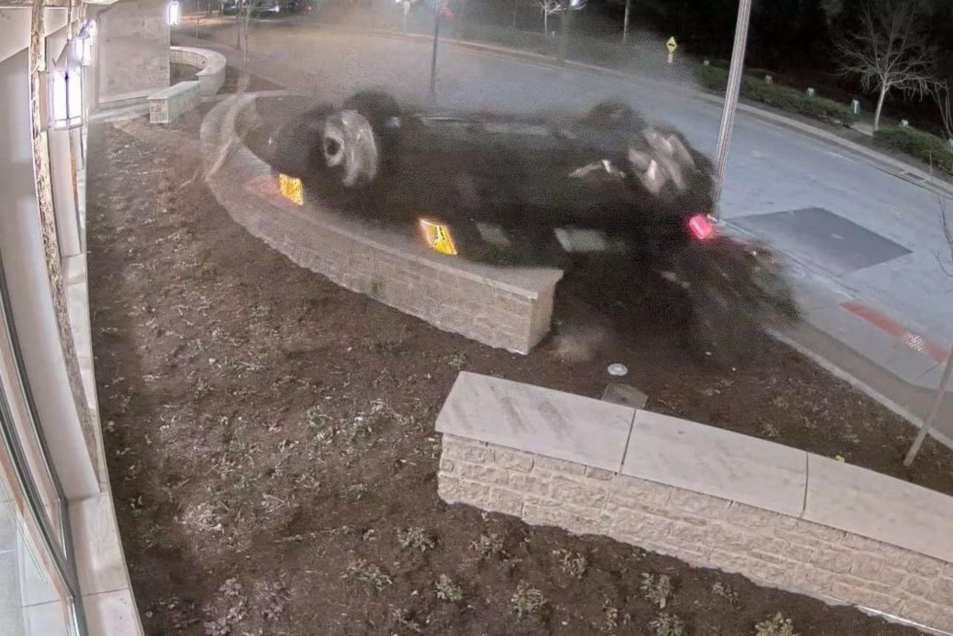 Condutor sob efeito de drogas bate contra esquadra a mais de 160 km/hora