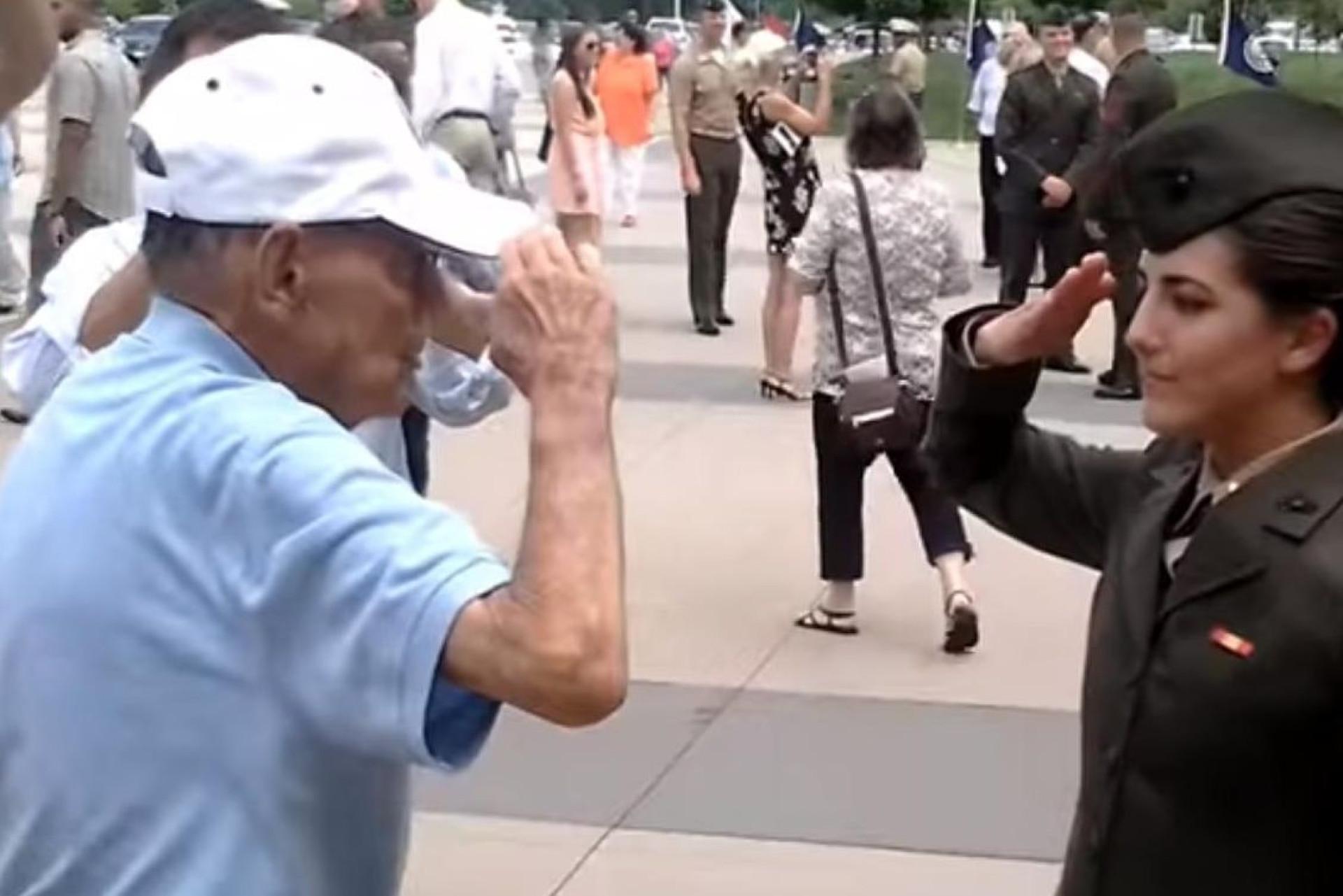 Veterano faz continência à neta, oficial da Marinha, em vídeo emocionante