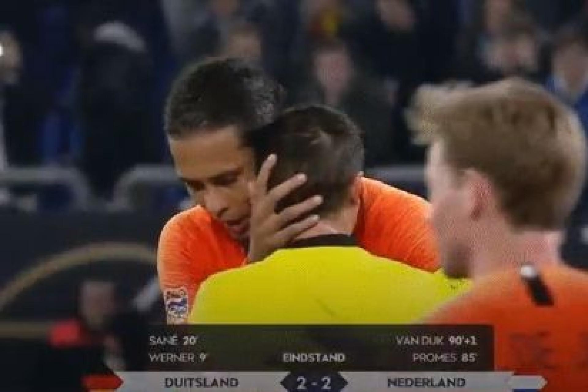 Bonito gesto de Van Dijk para com o árbitro promete correr mundo