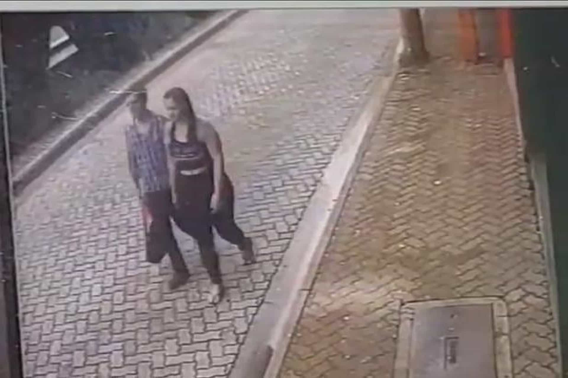Homem salva namorada de carro descontrolado no último segundo