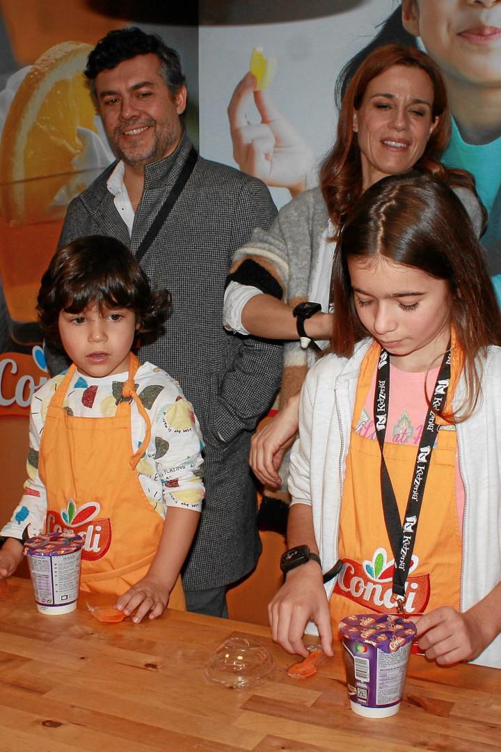 Filhos dos famosos metem as mãos na massa e fazem bolo de chocolate