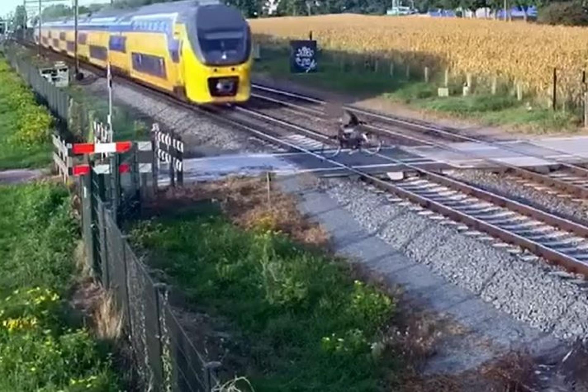 Ciclista evita ser atropelado por comboio por muito pouco