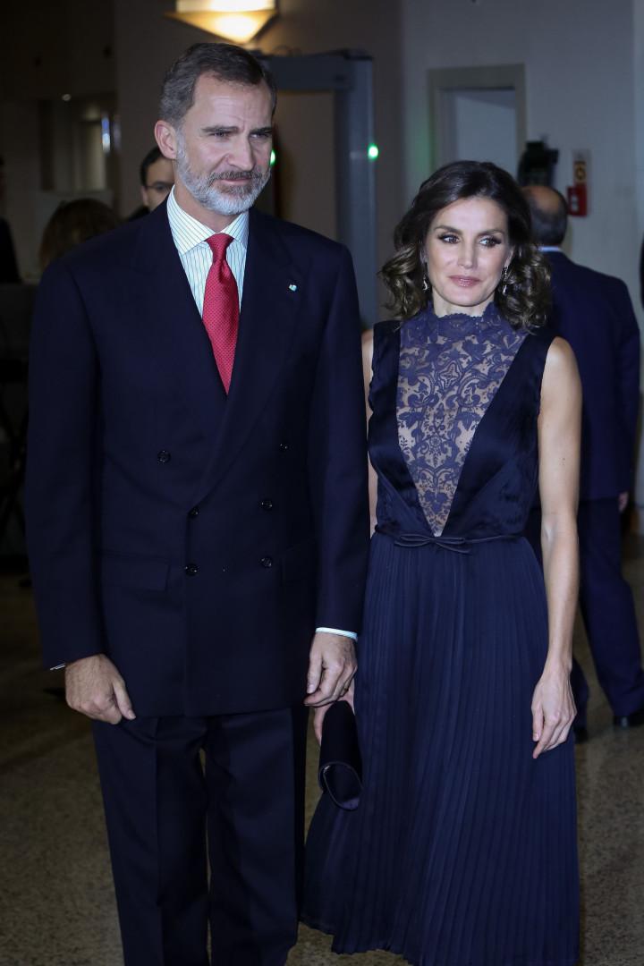 Rainha Letizia surpreende com 'decote' único em vestido