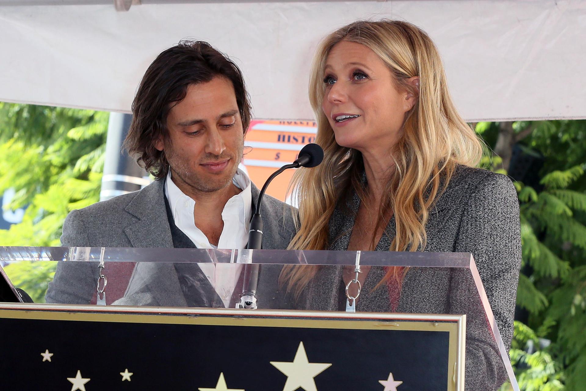 Gwyneth Paltrow e Brad Falchuk juntos em evento após casamento