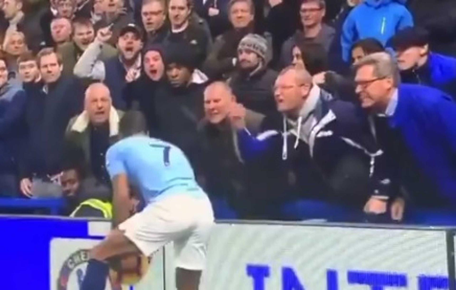 O minuto que envergonha o futebol: Sterling alvo de insultos racistas