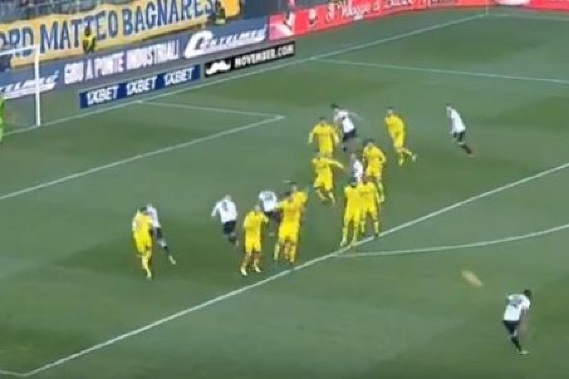 Bruno Alves marca livre direto de levantar o estádio