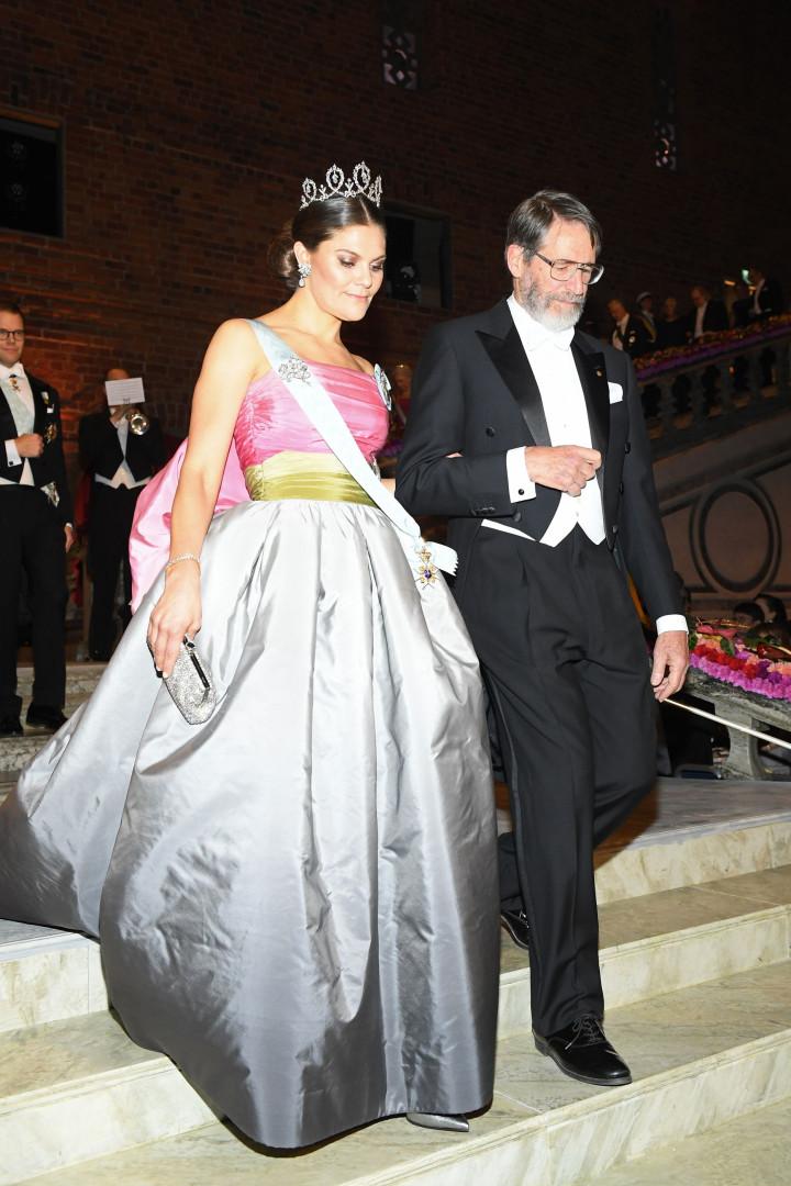 Victoria da Suécia usa o mesmo vestido que a mãe 23 anos depois
