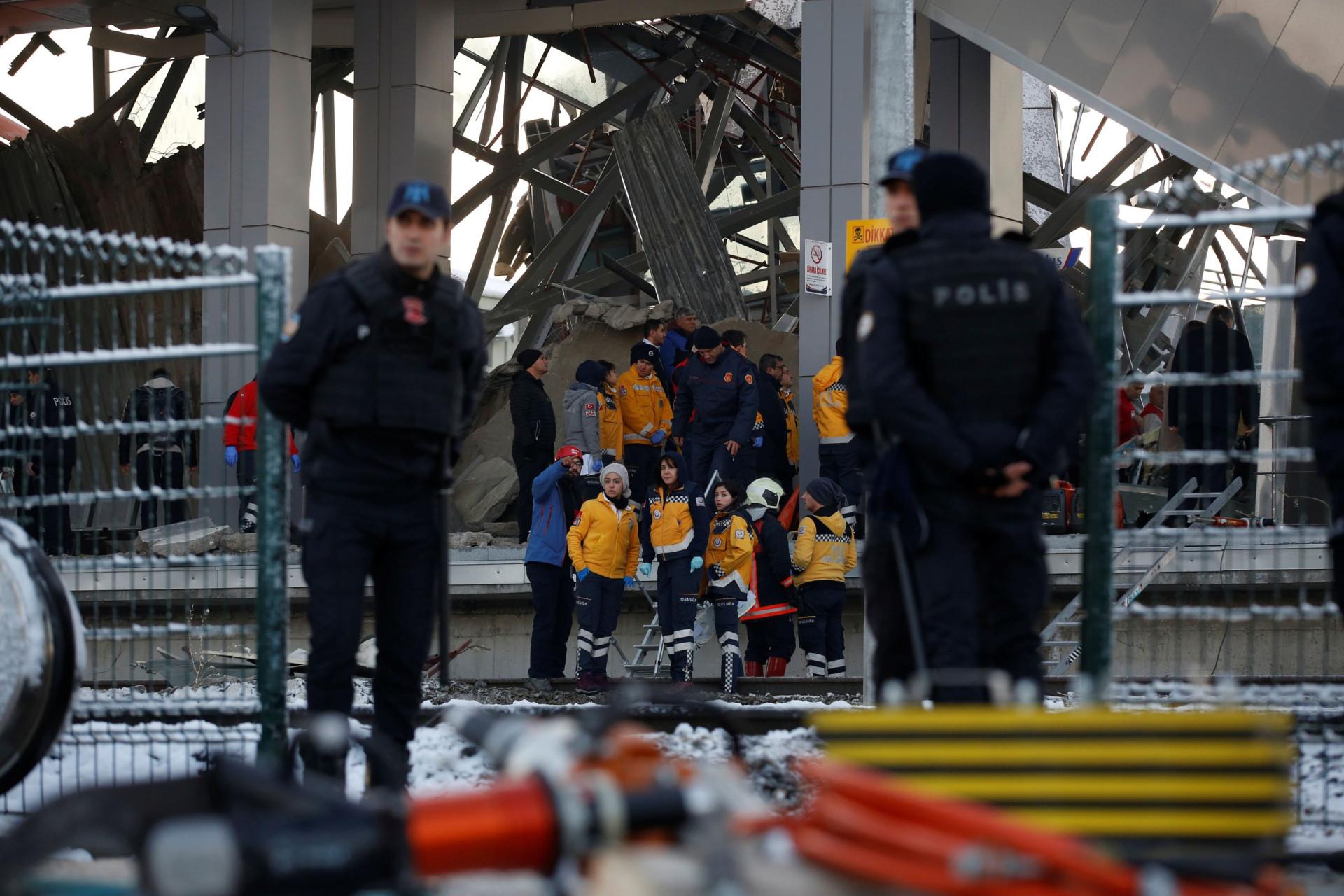 Imagens mostram impacto de acidente de comboio na Turquia