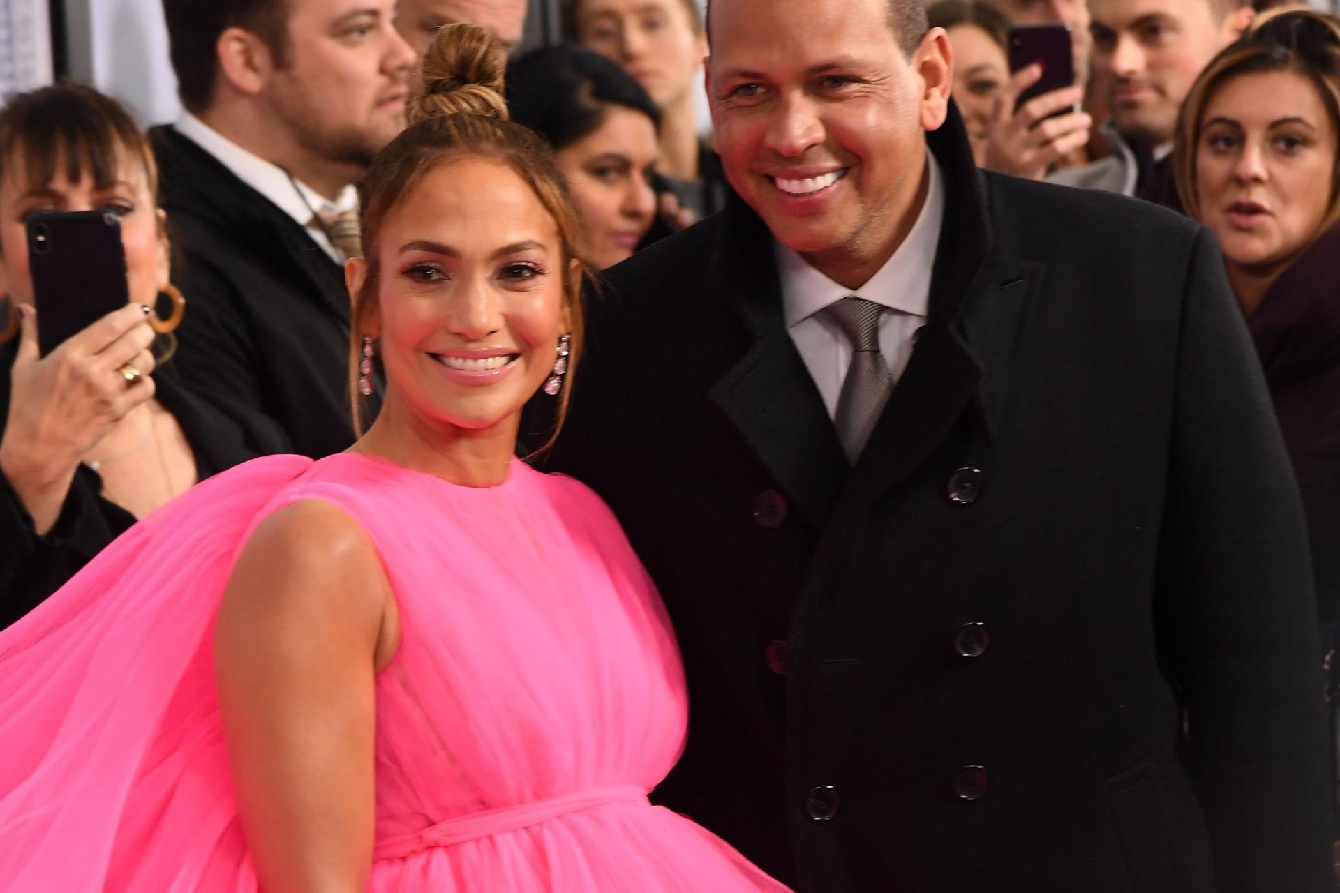 Look de Jennifer Lopez não passa despercebido durante estreia de filme