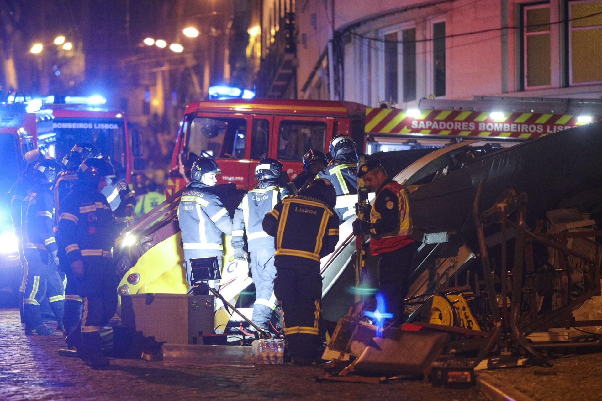 As imagens do descarrilamento do elétrico em Lisboa