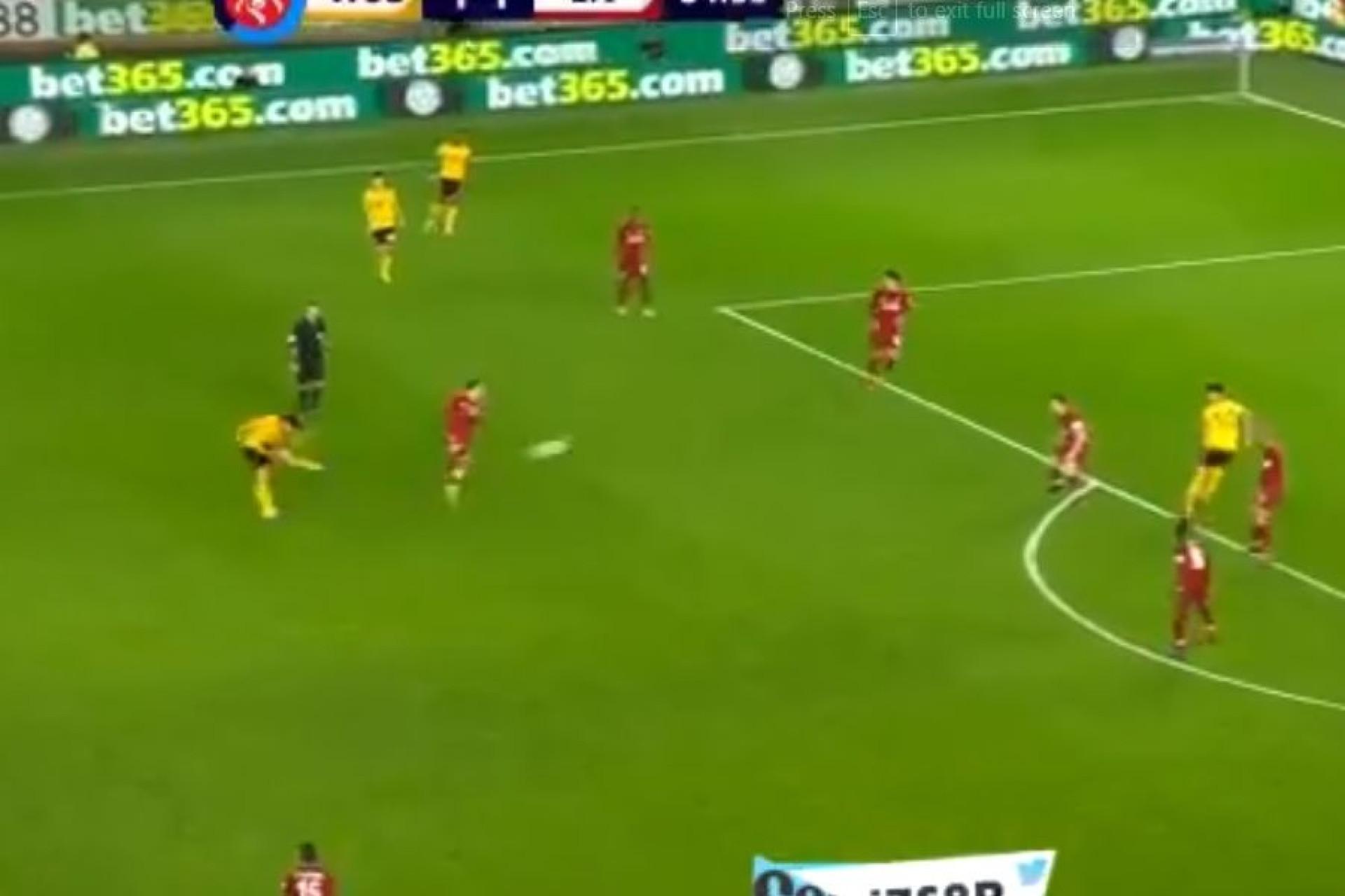 Remate do meio da rua e Rúben Neves marca ao Liverpool