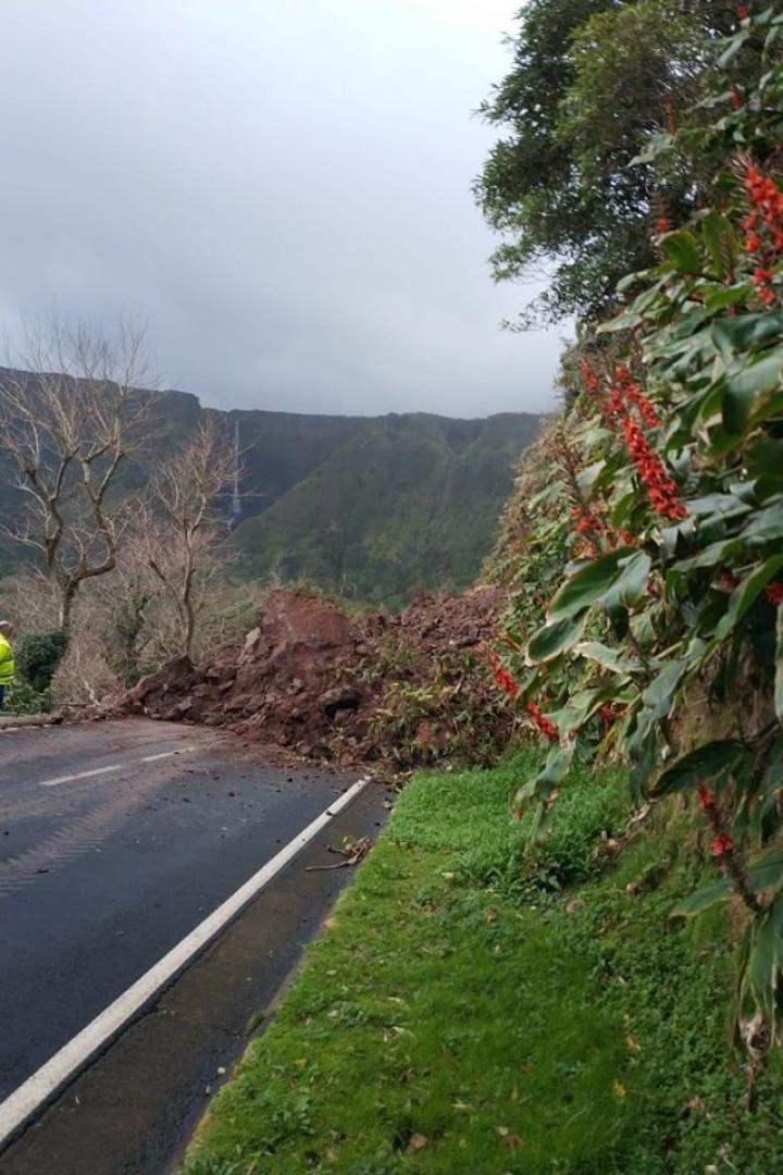 Derrocada deixa duas freguesias da ilha das Flores isoladas