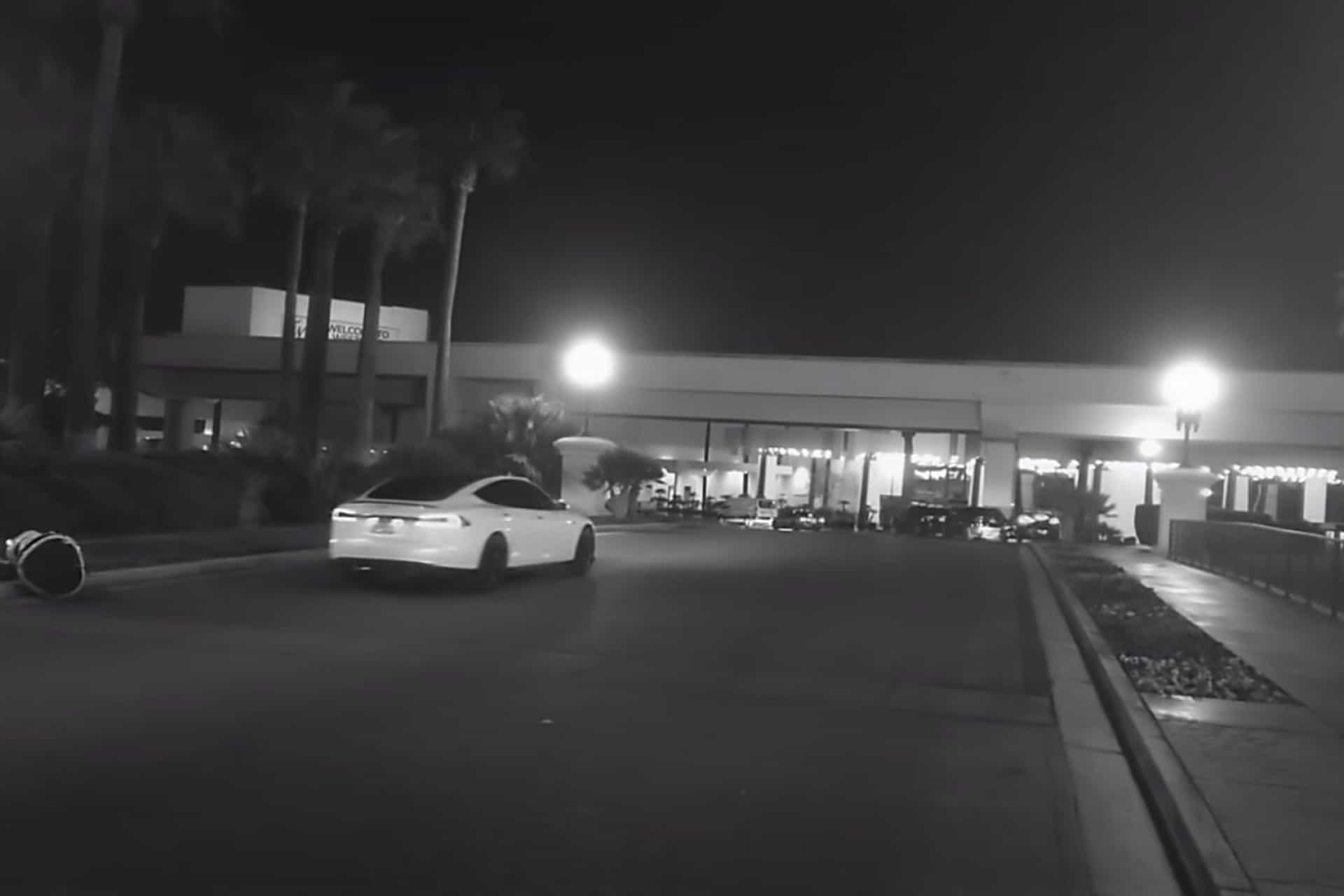 Robot foi atropelado por Tesla com modo Autopilot ativo