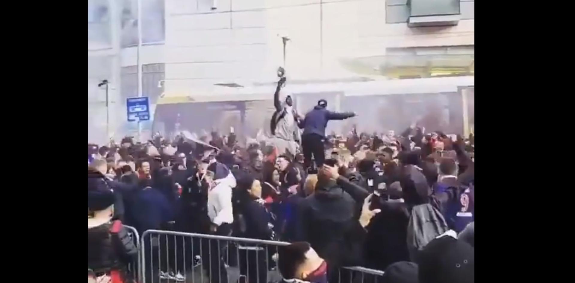 Festa monumental dos adeptos do Paris Saint-Germain em Manchester