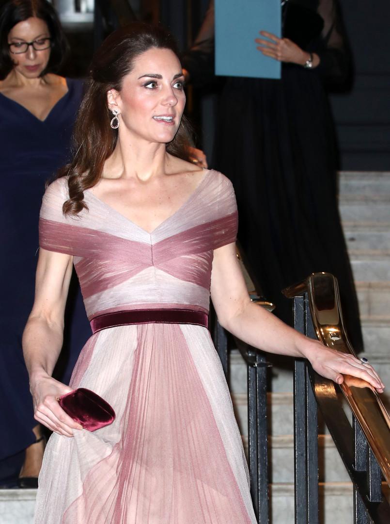 Kate Middleton não falha: Duquesa deslumbra com vestido de gala