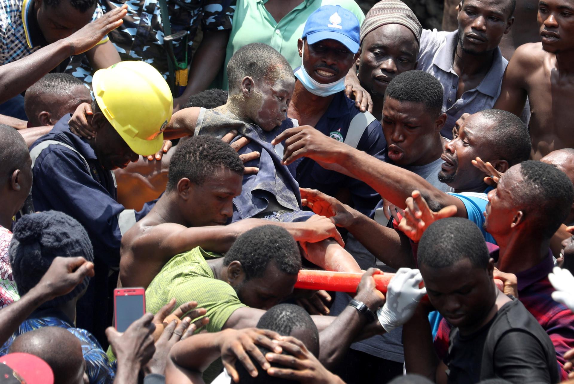 As (arrepiantes) imagens do resgate na Nigéria após colapso de edifício