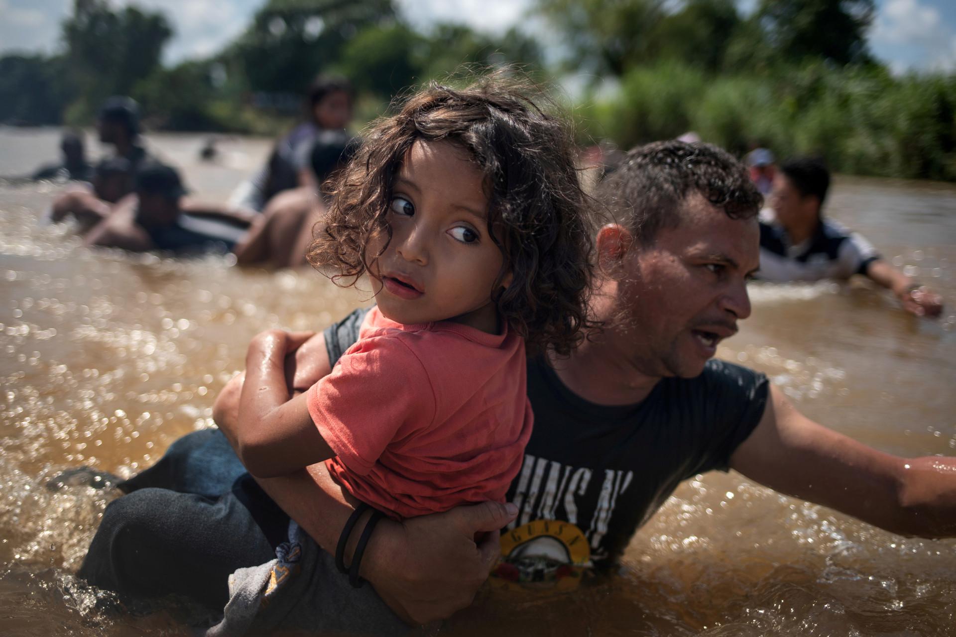 O sorriso e as lágrimas das crianças na travessia migratória rumo aos EUA