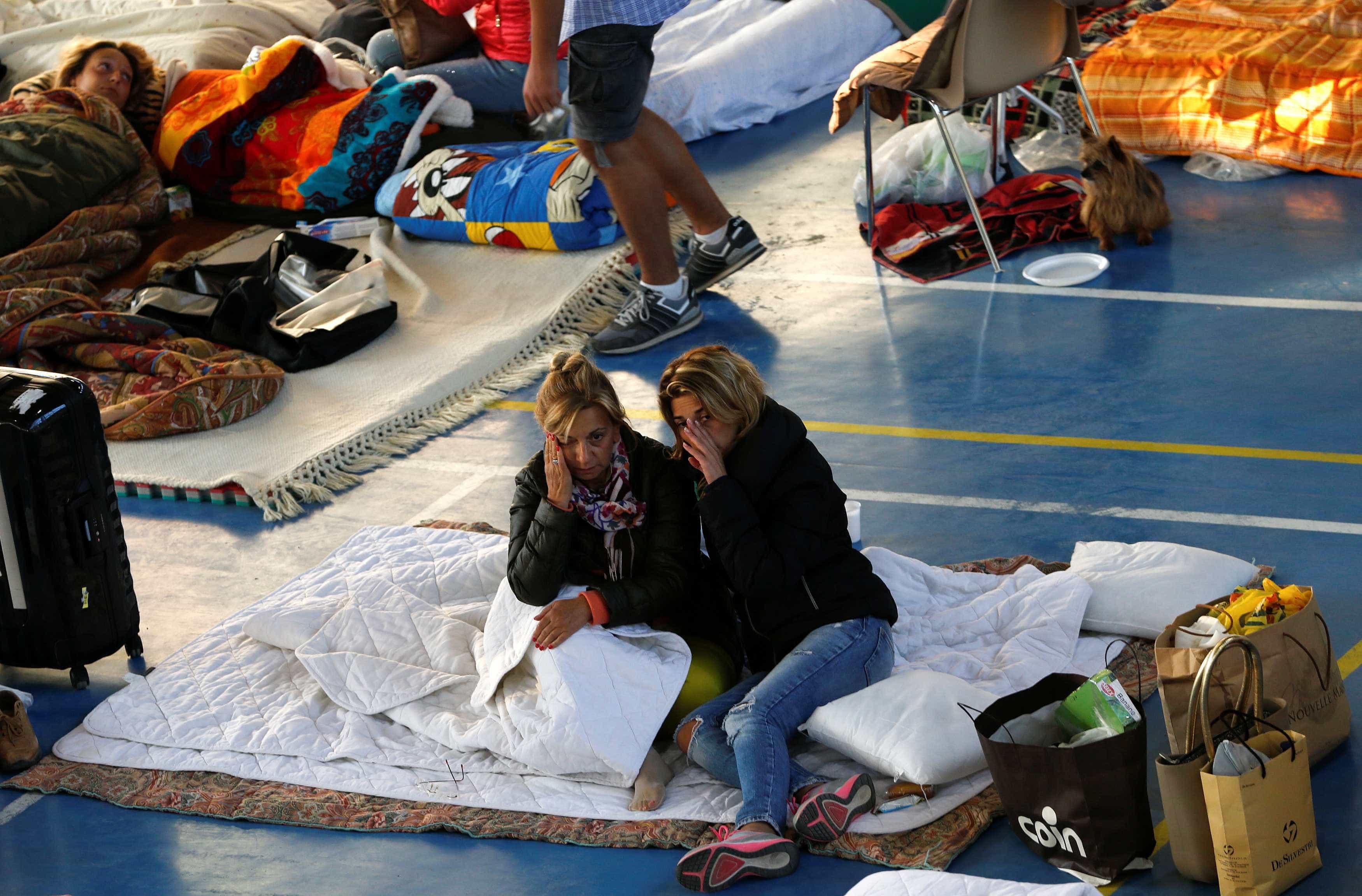 Após sismo, é este o abrigo de centenas de desalojados