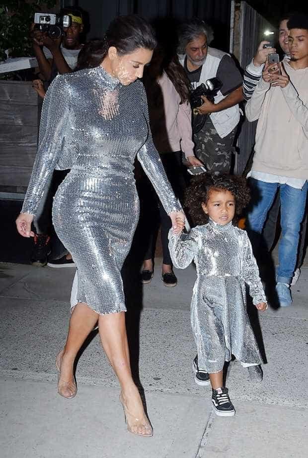 Socialite Kim Kardashian posa nua e exibe curvas em rede social