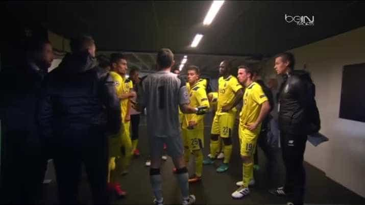 Iker Casillas conversa com colegas de equipa