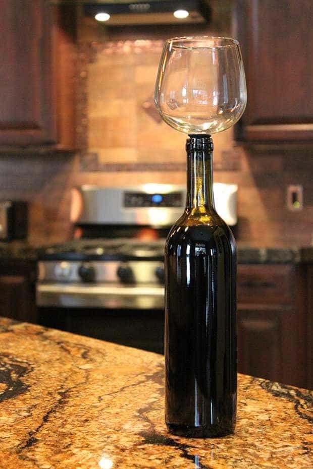 Guzzle Buddy, um copo para beber vinho diretamente da garrafa