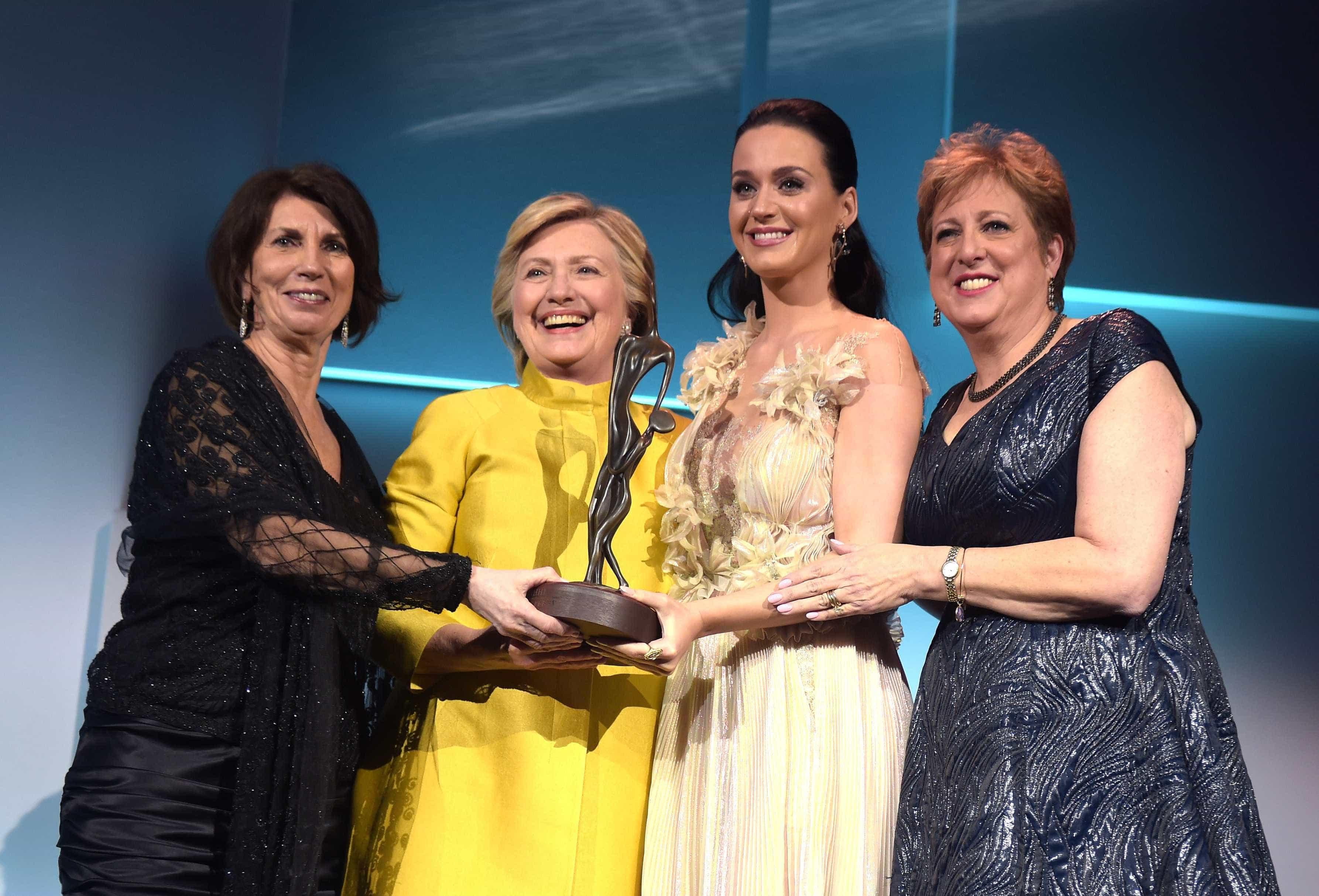 Hillary Clinton aparece de surpresa e entrega prémio a Katy Perry -