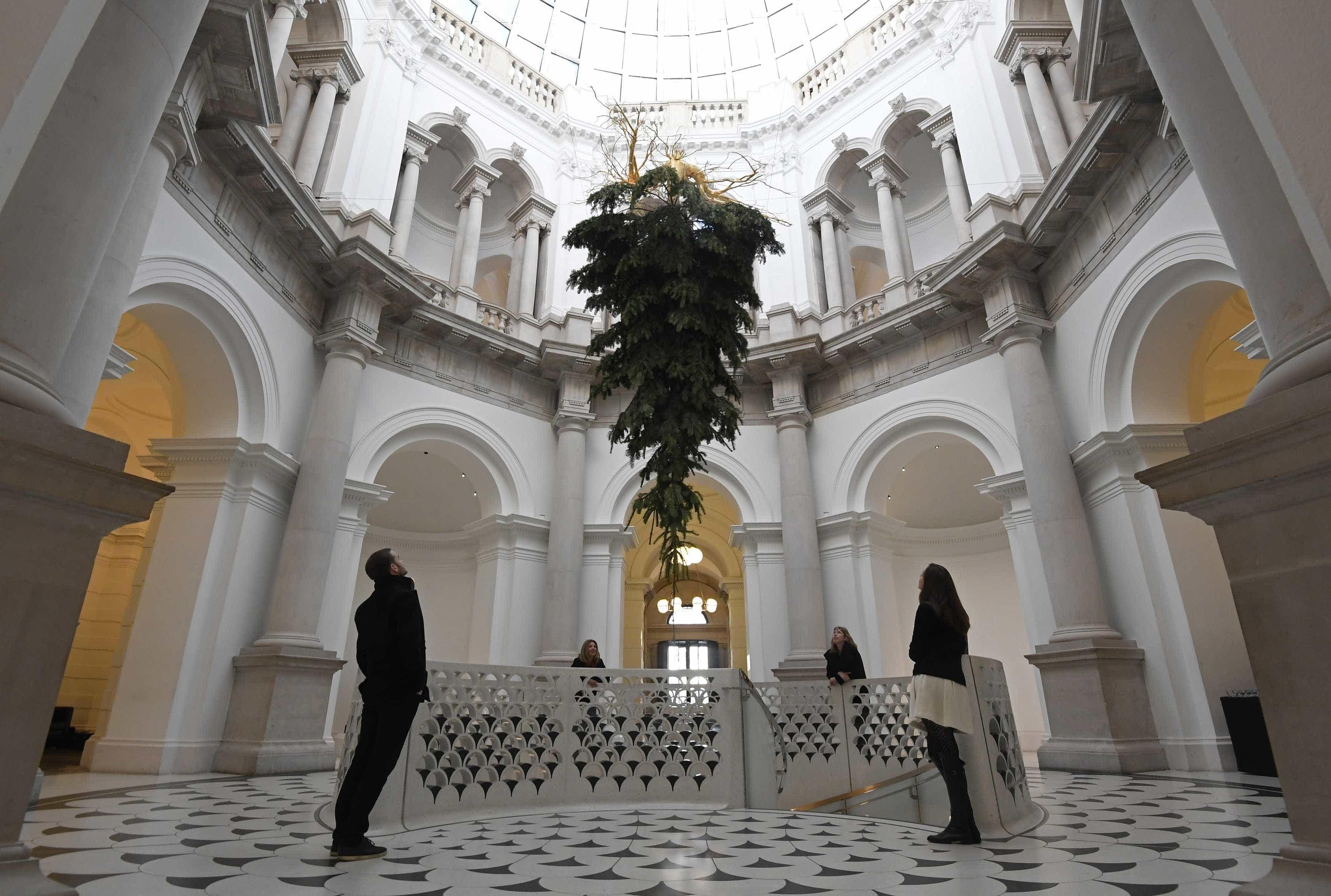 No Tate Britain, o Natal está (literalmente) de pernas para o ar