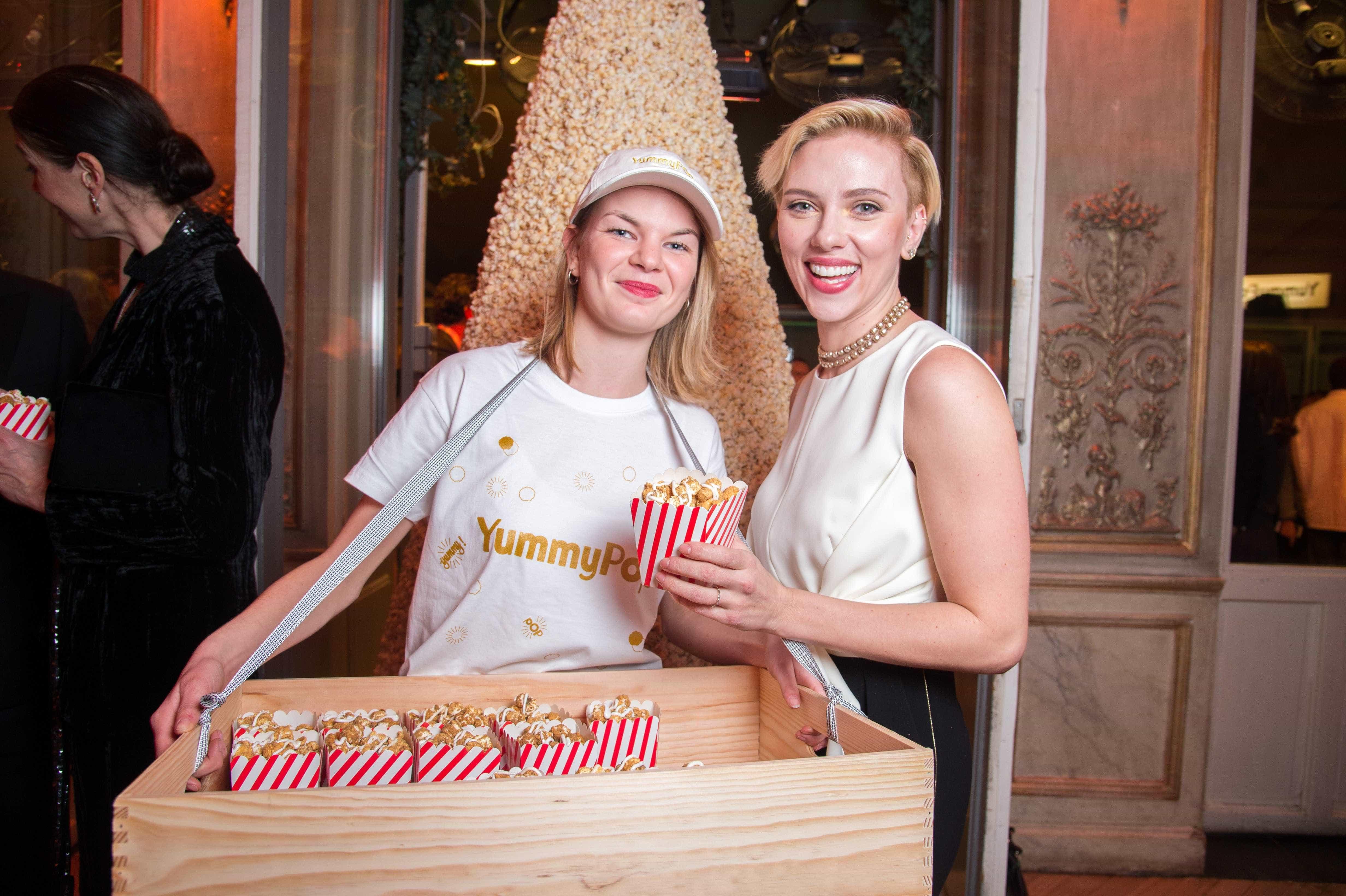 Scarlett Johansson deslumbrante na abertura da sua loja de pipocas -