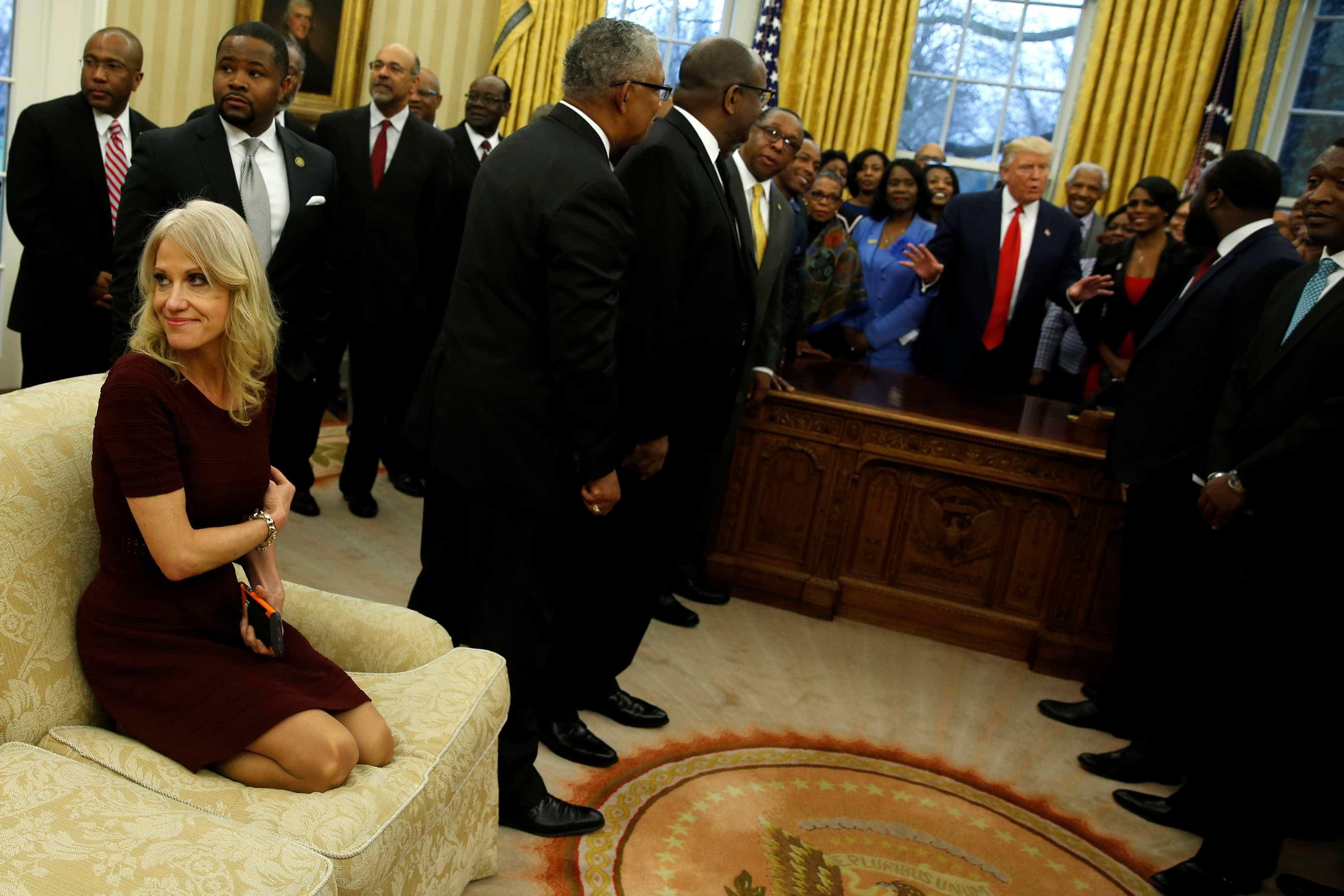 Kellyanne Conway, joelhos sofá sala oval