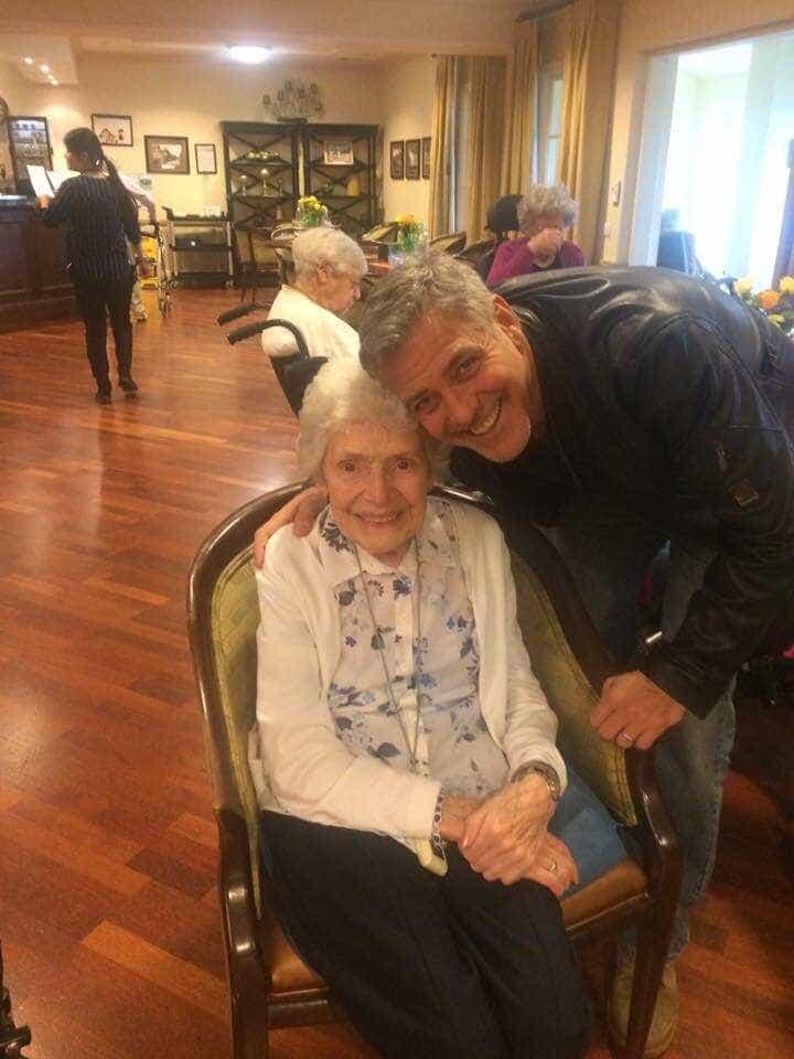 George Clooney surpreende fã de 87 anos