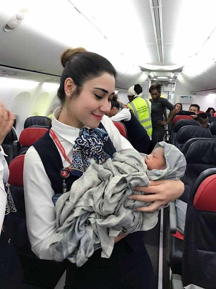 Tripulação da Turkish Airlines realiza parto de emergência com sucesso durante voo