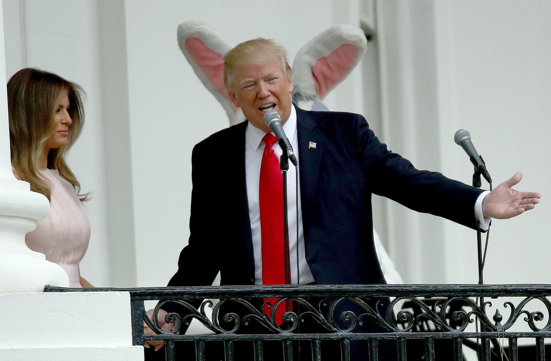 Melania orienta Trump durante execução de hino dos EUA