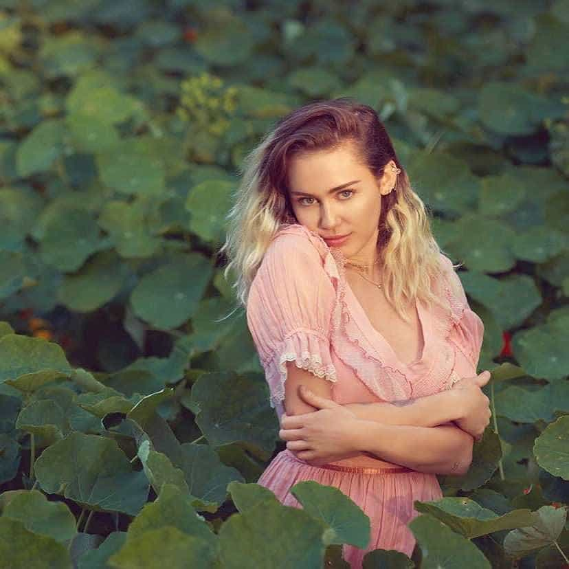 Miley Cyrus explica o porquê do cabelo com duas cores